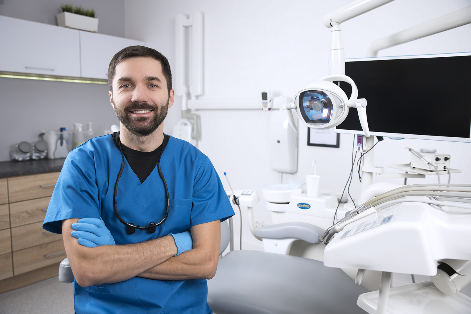 dentist who accepts medicaid ready to see patient in exam room